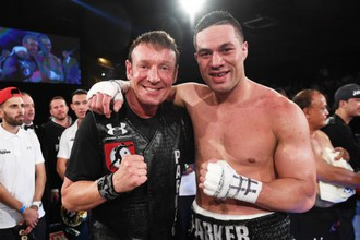 Новый чемпион мира WBO Джозеф Паркер (справа) и его тренер Кевин Барри