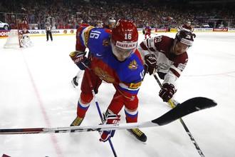Нападающий сборной России Сергей Плотников в борьбе за шайбу