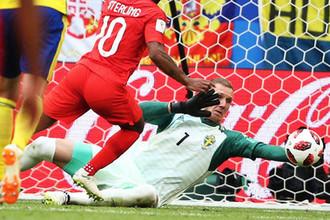Слева направо: Рахим Стерлинг (Англия) и вратарь Робин Ульсен (Швеция) в матче 1/4 финала чемпионата мира по футболу между сборными Швеции и Англии