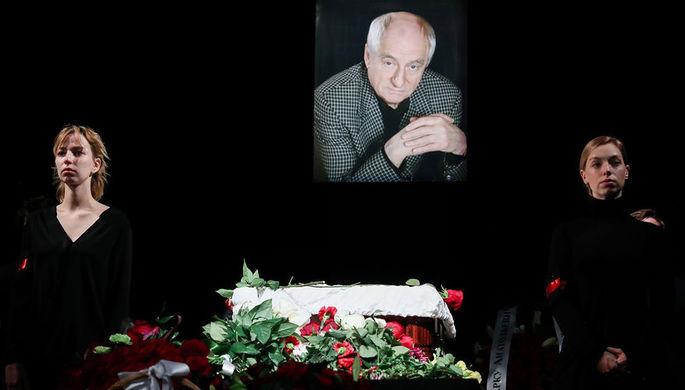 На церемонии прощания с режиссером Марком Захаровым в театре «Ленком» в Москве, 1 октября 2019 года