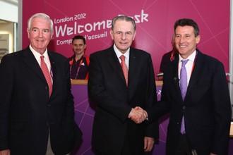 Президент МОК Жак Рогге, глава оргкомитета Игр Себастьян Коу (справа) и британский член исполкома МОК Крэйг Риди