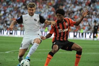 Полузащитник «Шахтера» Виллиан борется за мяч в матче с «Кривбассом»