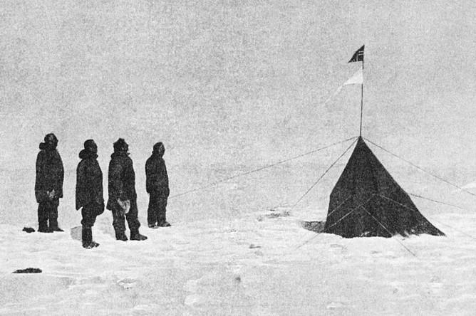 Экспедиция Амундсена (крайний слева) на Южном полюсе