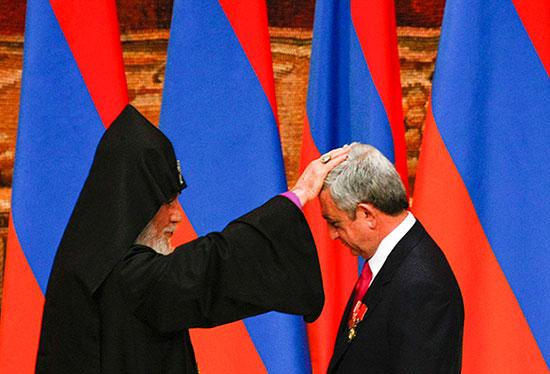 В Ереване официально вступил в должность президента Серж Саргсян, его оппонент Раффи Ованнисян проведет альтернативную инаугурацию себя самого