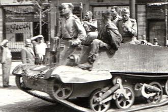 Солдаты Красной армии в Бухаресте на британском Universal Carrier по программе ленд-лиза, 30 августа 1944 года