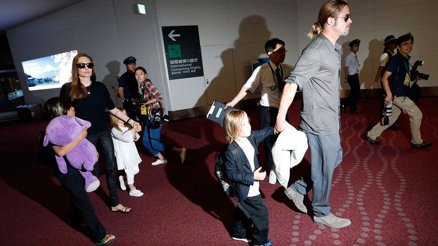 Анджелина Джоли и Брэд Питт с детьми в аэропорту Токио, июль 2013 года