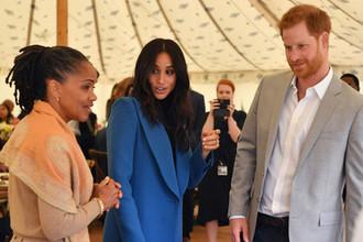 Герцогиня Сассекская Меган со своей матерью Дорией Рагланд и принцем Гарри во время мероприятия в Кенсингтонском дворце, 20 сентября 2018 года