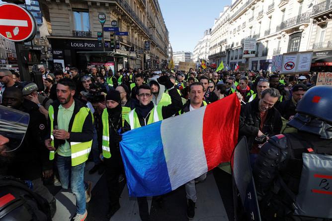 Протестующие в желтых жилетах во время демонстрации в Париже, 23 февраля 2019 года
