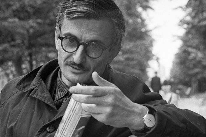 Кинорежиссер Марлен Хуциев во время прогулки в парке, 1965 год