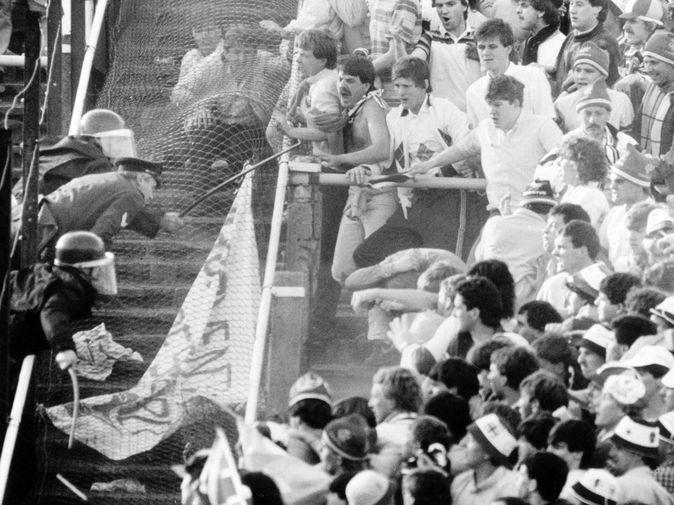 Столкновение полиции и болельщиков во время финала Кубка европейских чемпионов между итальянским «Ювентусом» и английским «Ливерпулем» 29 мая 1985 года в Брюсселе