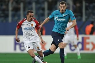 Артем Дзюба (справа) опять не забил, даже с пенальти