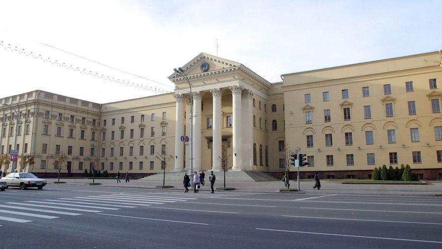 К зданию КГБ в Минске люди начали приносить цветы в память о погибшем сотруднике