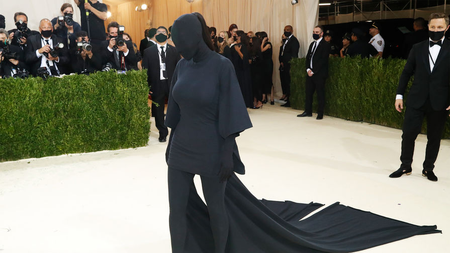 Ким Кардашьян на Met Gala не узнала сестру из-за маски
