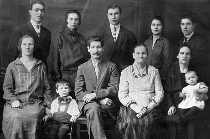 Семейный портрет Брежневых. Во втором ряду крайний слева — Леонид Брежнев, 1930 год