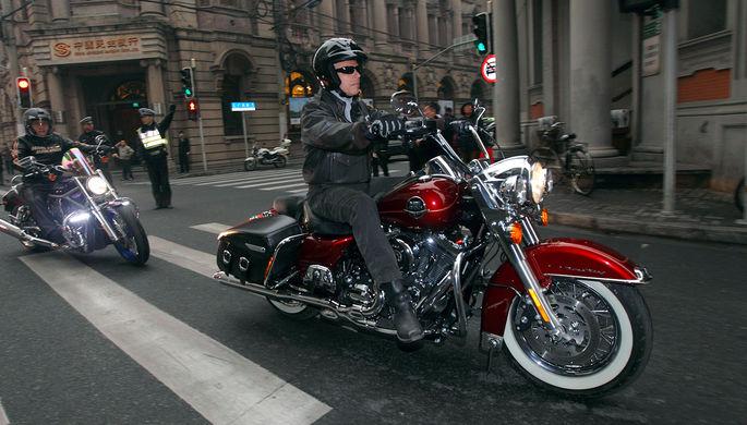 Посол США в Китае Джон Хантсман во время поездки на мотоциклах по Шанхаю, 2011 год