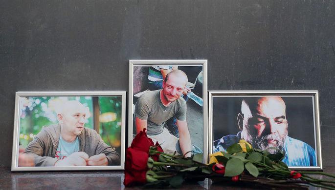 Цветы у Центрального дома журналиста в память об убитых в ЦАР российских журналистах Кирилле...