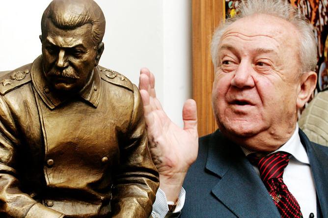 Зураб Церетели со скульптурой Иосифа Сталина у себя в мастерской в Москве, 2005 год