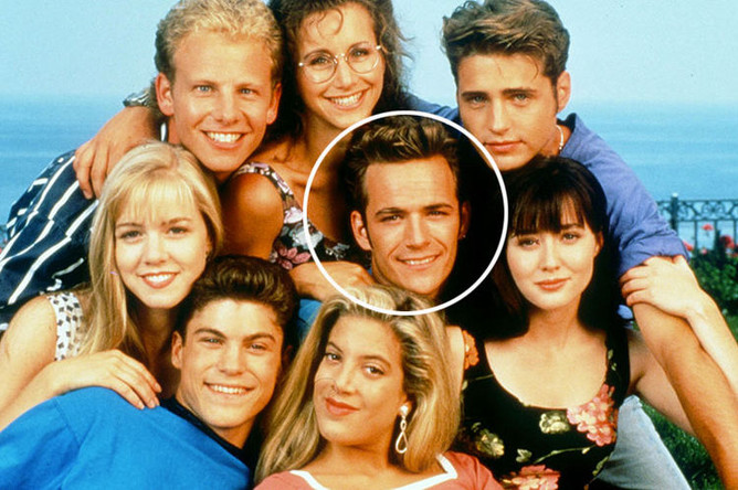 Актеры сериала «Беверли Хиллс 90210» (1990-2000): Люк Перри, Джейсон Пристли, Шеннен Доэрти, Дженни Гарт, Тори Спеллинг, Брайан Остин Грин, Йен Зиринг и Габриель Картерис