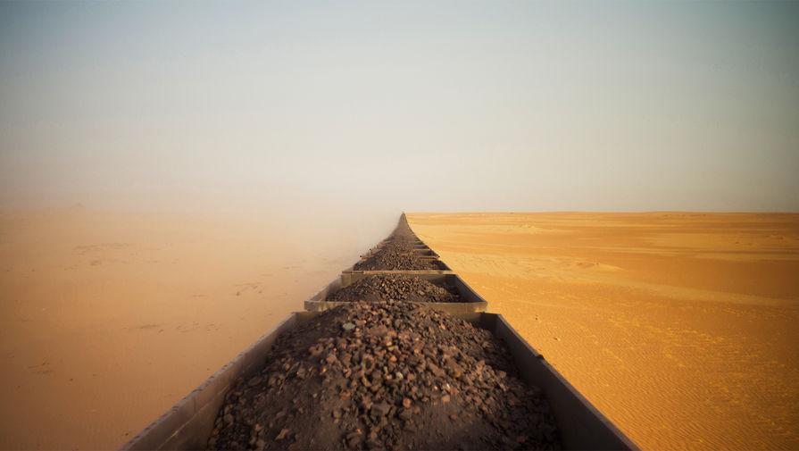 Грузовой поезд перевозит железную руду в Мавритании (категория «Путешествие»)