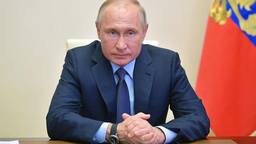Президент России Владимир Путин во время совещания с постоянными членами Совета безопасности в режиме видеоконференции, 24 апреля 2020 года