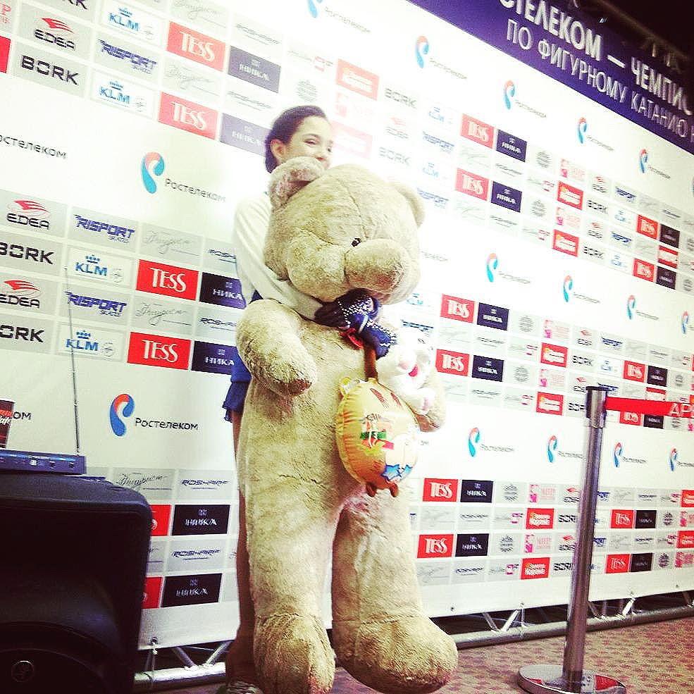 Большой медведь для маленькой, для маленькой такой Медведевой, для скромной такой Медведевой огромный такой медведь!