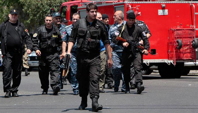 Спецслужбы и полиция около захваченного отделения полиции в Ереване