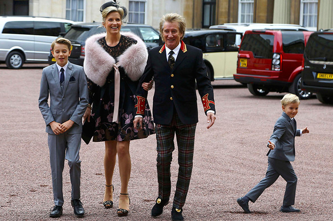 Род Стюарт с супругой и детьми после церемонии в Букингемском дворце
