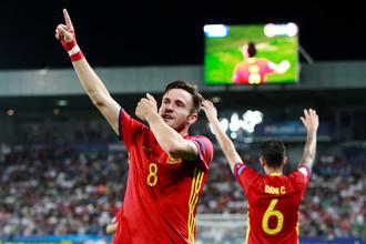 Сауль (№8) празднует один из своих голов в полуфинале в ворота сборной Италии
