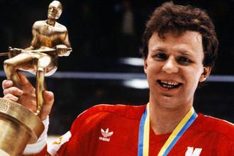 Вячеслав Фетисов с призом чемпионата Европы-85