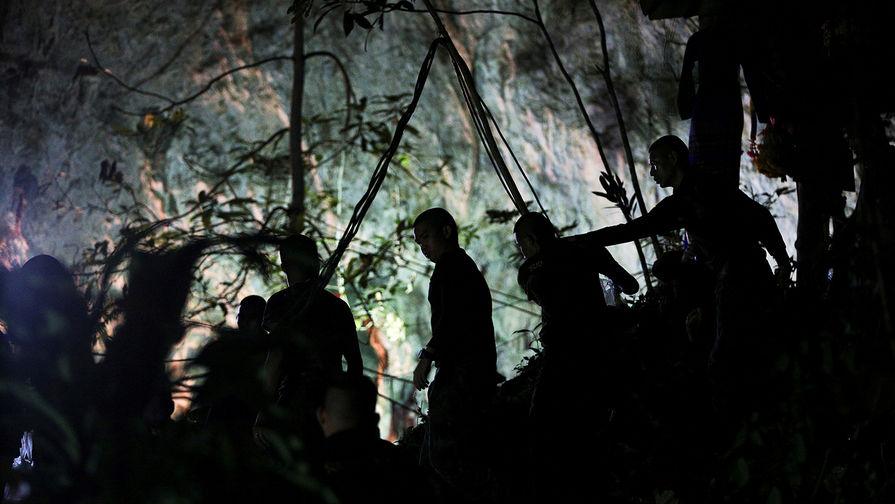 Маск спешит на помощь: кто вытащит детей из пещеры