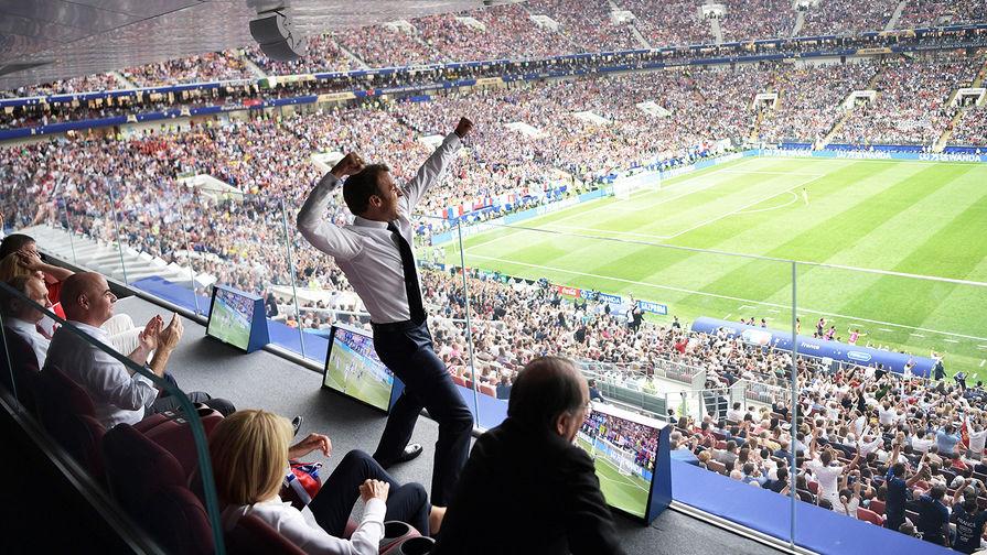 Президент Франции Эммануэль Макрон во время финального матча чемпионата мира по футболу 2018 между сборными командами Франции и Хорватии на стадионе «Лужники», 15 июля 2018 года