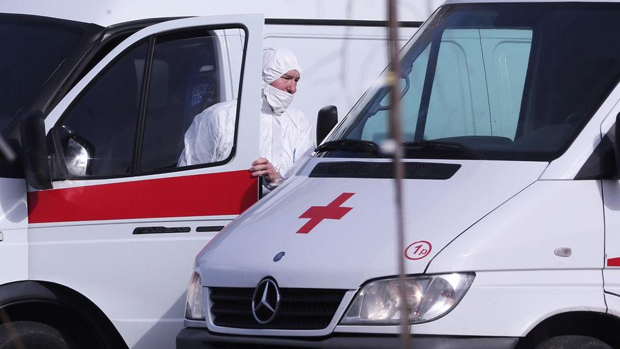 Водитель скорой медицинской помощи возле больницы для пациентов с подозрением на коронавирус в Коммунарке