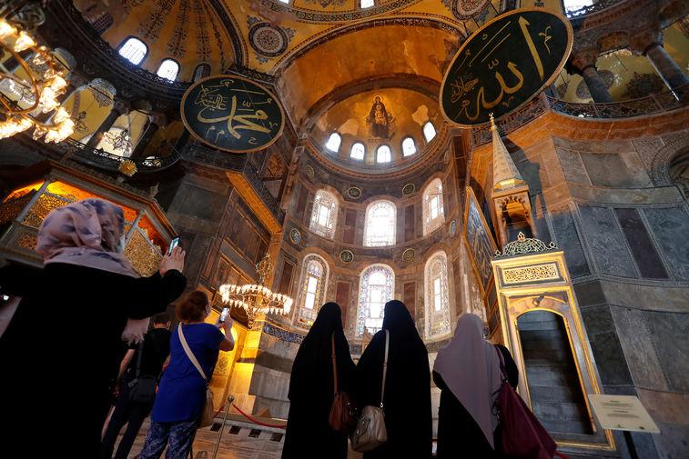 Туристы в соборе Святой Софии в Стамбуле, 2020 год