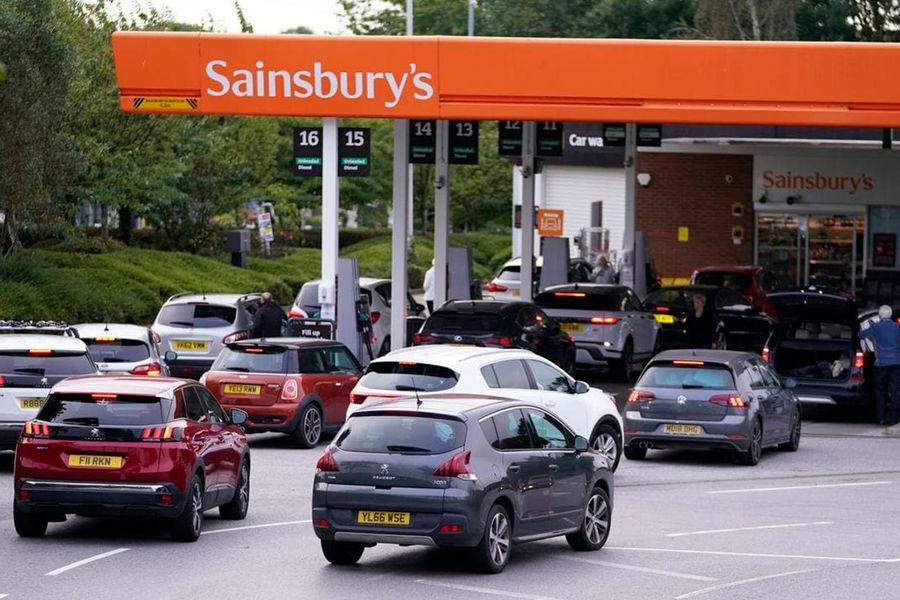 Жители Британии начали паническую скупку бензина