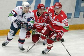 Игрок «Сибири» Виктор Другов против двух спартаковцев