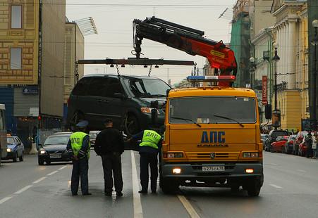 В Москве начата эвакуация машин со снятыми или нечитаемыми номерами.