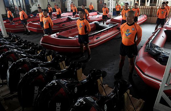 Все специальные службы находятся в режиме ожидания для спасательных операций. <br />Фотография: Jay Directo/AFP/Getty Images
