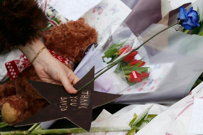 Поклонники скорбят в связи со смертью Дэвида Боуи