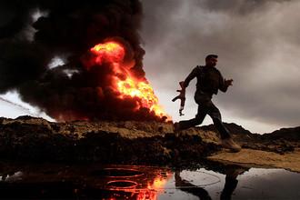 Горящие нефтяные скважины в иракском регионе Кайяра после отхода боевиков ИГ (запрещенная в России террористическая организация), 4 ноября 2016 года