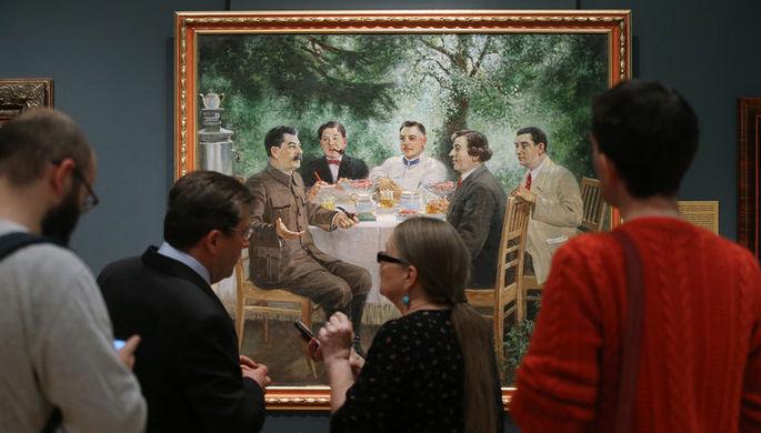 Посетители у картины «Художники на даче у Сталина»