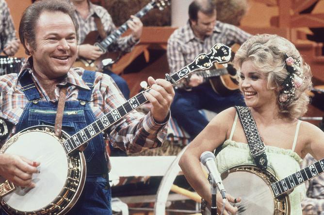 Музыкант Рой Кларк и певица Барбара Мандрелл во время совместного выступления на шоу «Hee Haw» в Нэшвилле, штат Теннесси, 1978 год