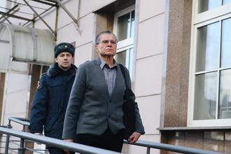 Бывший министр экономического развития России Алексей Улюкаев после заседания Замоскворецкого суда в Москве, 13 ноября 2017 года