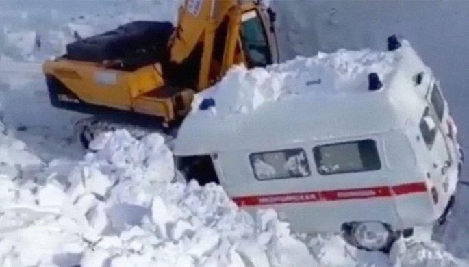 «Смотреть жалко»: на Сахалине люди и машины тонут в сугробах