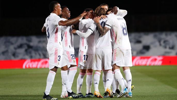 Футболисты «Реала» празднуют второй гол в ворота «Барселоны»