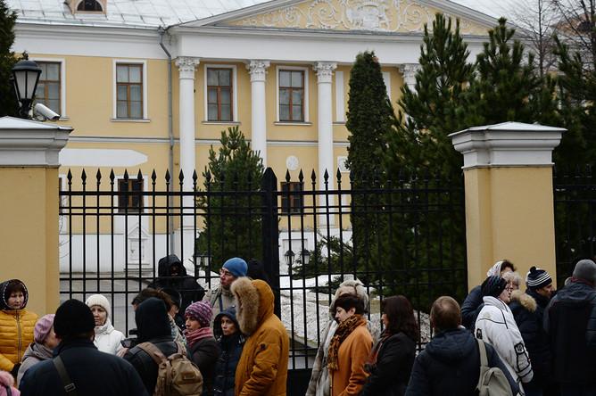 Люди около Международного центра Рерихов в Москве во время обысков, 7 марта 2017 года