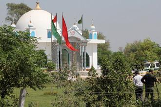 Криминалисты осматривают место совершения преступления возле суфийского храма на окраине города Саргодха, Пакистан, 2 апреля 2017 года
