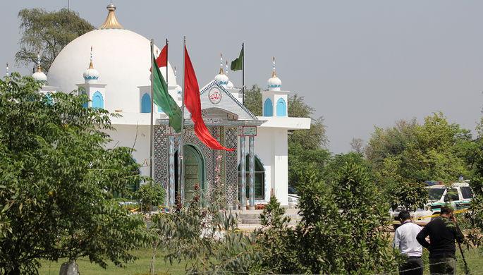 Криминалисты осматривают место совершения преступления возле суфийского храма на окраине города...