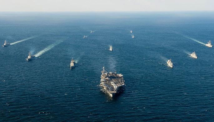 Американские и южнокорейские суда во время совместных учений Foal Eagle у берегов Корейского...