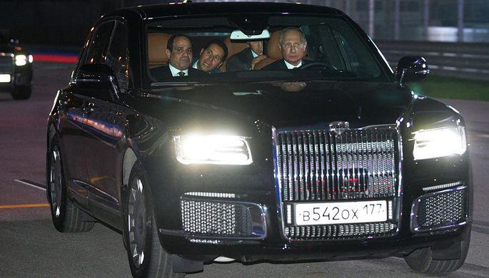Владимир Путин и президент Арабской Республики Египет Абдель Фаттах ас-Сиси в автомобиле из кортежа президента России в Сочи, 17 октября 2018 года