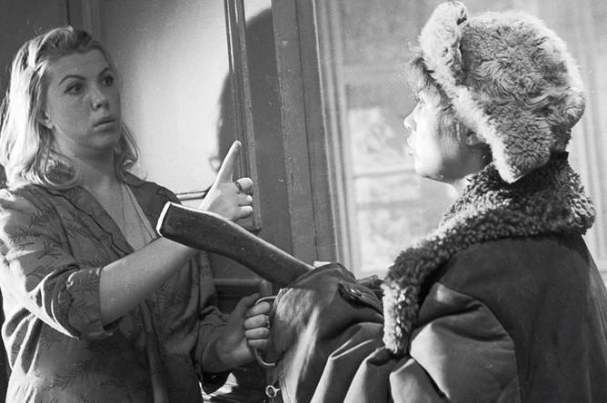 Актрисы Надежда Румянцева (справа) и Тамара Носова в сцене из фильма «Девчата», 1961 год